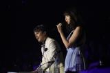 スタンド席の審査員席から熱唱した小嶋陽菜(左はキーボードを演奏した作曲家・井上ヨシマサ氏)(C)AKS