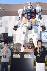 『ガンプラW杯』世界一で世界一に輝いた横田ユースケさん(右)と、ジュニアコースで優勝した台湾代表チョ・シェン・ジュンさん=『ガンプラ ビルダーズ ワールドカップ(W杯)2016』世界大会決勝戦 (C)ORICON NewS inc.