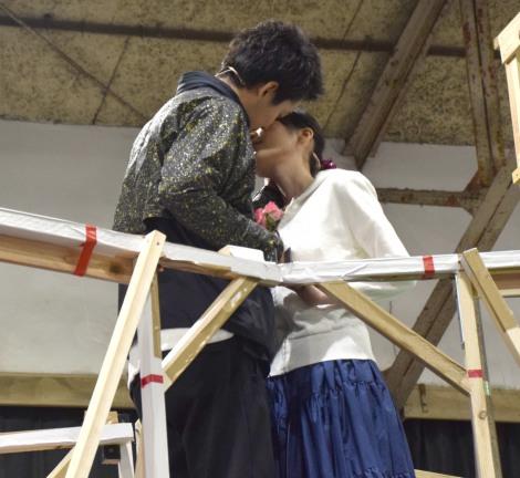 大野拓朗とのキスシーンを披露した生田絵梨花(右)=ミュージカル『ロミオ&ジュリエット』公開けいこ (C)ORICON NewS inc.
