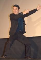 映画『海賊とよばれた男』大ヒット舞台あいさつの模様。写真は「国岡商店社歌」の合いの手を合図するピエール瀧 (C)ORICON NewS inc.