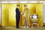 祝!『第67回紅白歌合戦』出演決定。プロデューサーの古坂大魔王(左)とピコ太郎(右)ががっちり握手