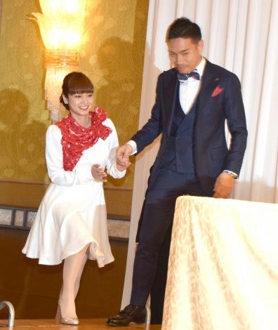 婚約会見を行った(左から)平愛梨、長友佑都 (C)ORICON NewS inc.