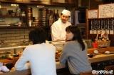 寿司職人役で寿司屋のカウンターに立つうすた京介氏