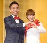 """笑顔で""""ハートマーク""""=婚約会見を行った(左から)長友佑都、平愛梨 (C)ORICON NewS inc."""