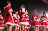 最年少・小熊倫実(14)がサンタに扮し、お正月公演で晴れ着を着れる権利をメンバーにサプライズプレゼント(C)AKS