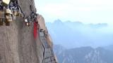 """Hey! Say! JUMPの有岡大貴と高木雄也がロケに訪れた中国・陝西省にある華山""""長空桟道""""。山中に南京錠をかけるとどんな願い事もかなうと言われている(C)フジテレビ"""