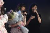 花束を持って駆けつけた松井珠理奈(右)(C)AKS