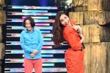「髪の毛かき上げ隊」を結成する(左から)永野、平野ノラ (C)TBS