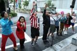 朝8時に1軒目の店前に集合。トライアスロンに挑む選手のごとく、トシが参戦メンバーを代表して選手宣誓(C)テレビ朝日