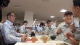食堂で社員たちと食事するマツコ・デラックス(C)テレビ朝日
