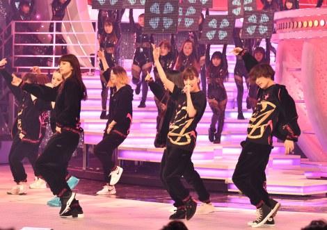 LEDパネルと融合したステージで「DANCE WITH ME NOW!」を披露するE-girls=『第67回紅白歌合戦』リハーサル2日目より (C)ORICON NewS inc.