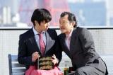 12月30日放送、テレビ朝日系単発ドラマ『おっさんずラブ』より。(左から)田中圭、吉田鋼太郎(C)テレビ朝日
