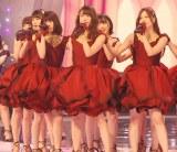 乃木坂46は真紅のドレスで登場 (C)ORICON NewS inc.