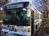 日本テレビ系『ダウンタウンのガキの使いやあらへんで!!』の大みそか年越しスペシャル『絶対に笑ってはいけない科学博士24時!』の「ガースー黒光り科学研究所」行きのバスが走行中 (C)日本テレビ