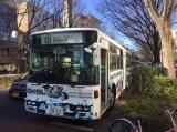 日本テレビ系『ダウンタウンのガキの使いやあらへんで!!』の大みそか年越しスペシャル『絶対に笑ってはいけない科学博士24時!』(後6:30〜前0:30)の「ガースー黒光り科学研究所」行きのバスが走行中 (C)日本テレビ
