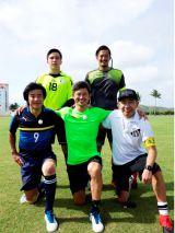(前列左から)中山雅史、三浦知良、木梨憲武(後列左から)グアム代表GKエヴァンス選手、横浜 FC・GK渋谷飛翔選手(C)テレビ朝日