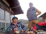7日放送の『有吉弘行の田舎発見バラエティ!「明日あいたい島村さん」』(正午)で有吉弘行(右)が弟の隆浩さんと初ロケ