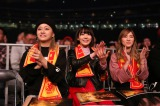 新日本プロレス1・4東京ドームを観戦したAKB48グループの(左から)島田晴香(AKB48)、宮脇咲良(HKT48・AKB48)、松井珠理奈(SKE48)(C)新日本プロレス