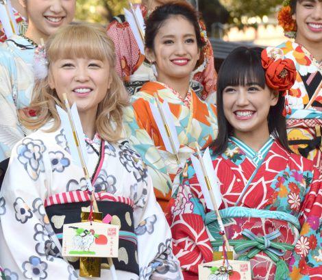 オリジナルアルバム『E.G.CRAZY』のヒットと2017年の飛躍を祈願して初詣を行ったE-girlsの(左から)Ami、藤井夏恋 (C)ORICON NewS inc.