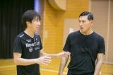 1月9日放送、HBC・TBS系『2017HBCカップジャンプ』オードリー春日俊彰(右)と原田雅彦氏(左)(C)HBC