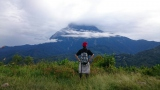キナバル山の頂を見上げるタカシ
