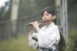 NHK大河ドラマ『おんな城主 直虎』第1回より。亀之丞(藤本哉汰)が笛を奏でるシーン(C)NHK