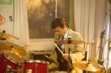 1月12日スタート、テレビ朝日系ドラマ『就活家族〜きっと、うまくいく〜』第1話より。ドラムに怒りをぶつける主人公の富川洋輔(三浦友和)。一体何が?