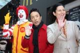 『日本マクドナルド 「プレミアムローストコーヒー」リニューアル発表会』に出席した(左から)筧利夫、日本マクドナルド代表取締役社長兼CEOのサラ・L・カサノバ (C)oricon ME inc.