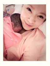 第1子出産を報告した鈴木亜美