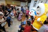 ブエノスアイレス(アルゼンチン)で現地メディアの取材を受けながら子どもたちとふれあうドラえもんとのび太くん(C)藤子プロ・小学館・テレビ朝日・シンエイ・ADK 2017
