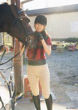 特技の乗馬シーンを雑誌で初公開する菅井友香(C)Takeo Dec./ヤングマガジン