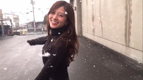 雪の中を舞う白石麻衣の動画が話題に(2nd写真集公式ツイッターより)