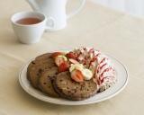「エッグスンシングス」のバレンタイン限定メニュー『トリプルチョコレートブラウニーパンケーキ』