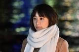 草なぎ剛が主演する関西テレビ・フジテレビ系ドラマ『嘘の戦争』第2話より。楓(山本美月)と急接近(C)関西テレビ