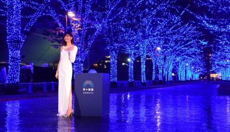 サムネイル 22日より代々木公園内のケヤキ並木で展開される『青の洞窟SHIBUYA』点灯式に登場した森星(C)oricon ME inc.
