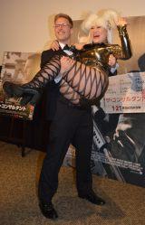 厚切りジェイソン(左)がバービーをお姫様抱っこ=映画『ザ・コンサルタント』公開直前イベント (C)ORICON NewS inc.