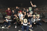 MAN WITH A MISSION、UVERworld、MY FIRST STORYと綾野剛が記念撮影