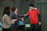 1月26日放送、NHK総合のコント番組『LIFE!〜人生に捧げるコント〜』に鈴木亮平(左)が出演(C)NHK