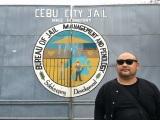 『フィリピン英語留学 潜入DVDブック』刑務所に潜入取材する丸山ゴンザレス(ガイドワークス)