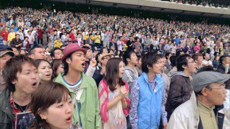 JRA『CLUB KEIBA』の新CMで、THE BLUE HEARTSの「終わらない歌」を大合唱する(左から)桐谷健太、吉高由里子、佐藤健