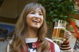 第1話場面写真(山下絵里子役の松本妃代)(C)2017『吉田類の「今宵、ほろ酔い酒場で」』製作委員会