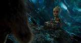 """映画『ガーディアンズ・オブ・ギャラクシー:リミックス』(5月12日公開)より。キラキラとしたつぶらな瞳で【全員即死】ボタンを押しかけている""""ベビー・グルート""""(C)Marvel Studios 2017"""