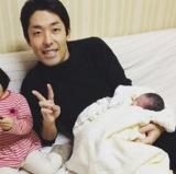 夫・中田敦彦も第2子を抱いた写真とともに報告(写真はインスタグラムより)
