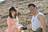 橋本じゅん(右)演じるサニー岳山を満足させるため、対極となるマリー・アントワネット風のコスプレを披露する剛力彩芽 (C)TBS