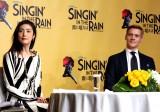 ミュージカル『「SINGIN' IN THE RAIN〜雨に唄えば〜」来日記念特別会見』に登場した(左から)天海祐希、アダム・クーパー (C)ORICON NewS inc.