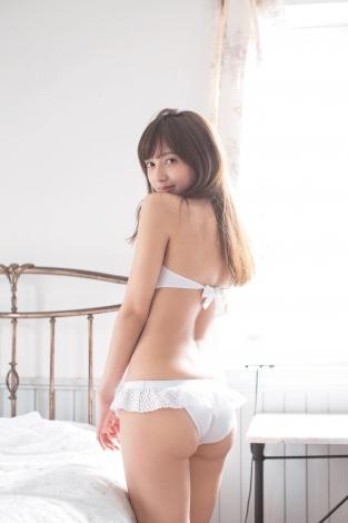 ヒップを強調したセクシーなカットも披露した小宮有紗 (C)佐藤裕之/集英社
