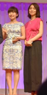 『第28回 日本ジュエリー ベストドレッサー賞』表彰式に出席した(左から)福原愛、石田ゆり子
