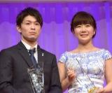 『第28回 日本ジュエリー ベストドレッサー賞』表彰式に出席した(左から)内村航平、福原愛