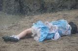 1月28日放送、テレビ朝日系ドラマスペシャル『探偵少女アリサの事件簿』に主演する本田望結。写真のシーンでは泥水まみれに(C)テレビ朝日