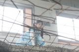 1月28日放送、テレビ朝日系ドラマスペシャル『探偵少女アリサの事件簿』に主演する本田望結。高い所から飛び降りるシーンも(C)テレビ朝日